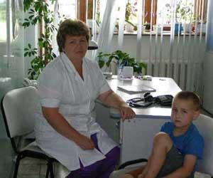 Мальчик поранил ножку. Первую помощь ему оказывает медсестра приёмного покоя И.В. Колесова